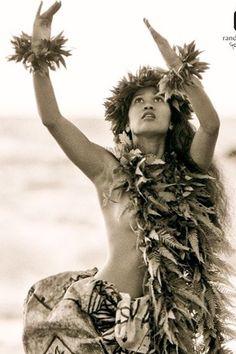 Hawaiian People, Hawaiian Woman, Hawaiian Girls, Hawaiian Dancers, Hawaiian Art, Hawaiian Tattoo, Polynesian Dance, Polynesian Islands, Polynesian Culture