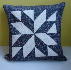 Almofada em patchwork Patchwork Cushion, Patchwork Quilting, Quilted Pillow, Cushion Fabric, Sewing Pillows, Diy Pillows, Throw Pillows, Quilting Projects, Quilting Designs