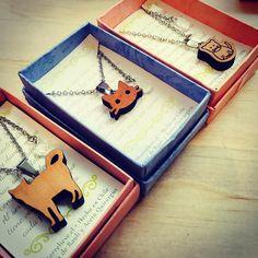 Aquí pueden ver una selección de lo que encontrarás en Mall Plaza Vespucio hasta mañana domingo 22.mayo! #altorrelieve #madera #mallplazavespucio #earring #mandala #aros #amor #aires #cute #lindo #chile #diseñochileno #diseñopropio #popup #calidad #etsy #cat #gato #nya #miau #necklace #collar #live #love #ñau