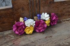 Tiara con flores de varios colores. Mide aproximadamente 15 cm y se sujeta con presillas. Muy versátil, se puede poner en muchas posiciones.