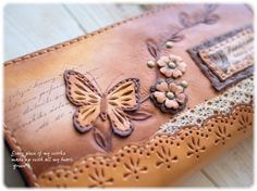 *【sold out】革レースと蝶とお花の長財布 Leather Carving, Leather Art, Leather Gifts, Leather Books, Leather Bags Handmade, Leather Tooling, Handmade Bags, Leather Jewelry, Diy Bags No Sew