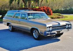 Oldsmobile Vista Cruiser Wagon Can't love wagons without loving the classic vista cruiser!Can't love wagons without loving the classic vista cruiser! Beach Wagon, Vista Cruiser, Station Wagon Cars, Cruiser Motorcycle, Women Motorcycle, Motorcycle Helmets, Sports Wagon, Old Wagons, Panel Truck