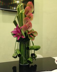 No photo description available. Hotel Flower Arrangements, Contemporary Flower Arrangements, Tropical Floral Arrangements, Ikebana Flower Arrangement, Ikebana Arrangements, Beautiful Flower Arrangements, Deco Floral, Arte Floral, Hotel Flowers
