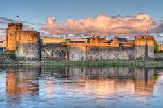 King John's Castle - Limerick - Photos of the most beautiful medieval castles in Ireland - Eupedia Limerick Ireland, Limerick City, Dublin Ireland, Ireland Travel, Beautiful Castles, Beautiful Places, Castles In Ireland, Medieval Castle, Beautiful Architecture