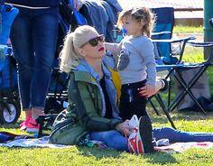 Gwen Stefani y su hijo Apollo, en el partido de fútbol del equipo de Zuma