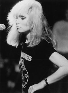 Debbie Harry of Blondie in a Ramones t-shirt. Beyond fucking cool. Blondie Debbie Harry, Ramones T Shirt, Divas, Photo Star, New Wave, Gene Kelly, Jane Russell, Mae West, Rock Chic