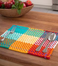Brighten up your backyard barbecue with a bunch of these loom woven placemats ma… – 2019 - Weaving ideas Loom Knitting Projects, Loom Knitting Patterns, Weaving Projects, Weaving Art, Weaving Patterns, Loom Weaving, Hand Weaving, Knitting Ideas, Free Knitting