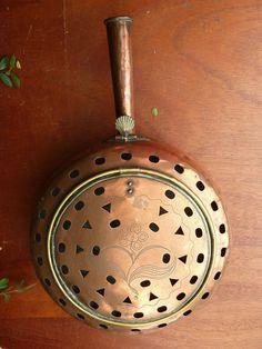Ancienne bassinoire chauffe lit en cuivre avec manche  XVIII ème, art populaire