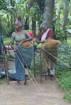 """Love the """"hip"""" fiber storage till the fiber is spun. Spinning Rope from Coconut Fiber Spinning Wool, Hand Spinning, Spinning Wheels, Textiles, Drop Spindle, Art Textile, We Are The World, Fiber Art, Lana"""
