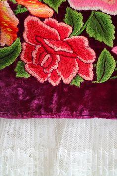 Falda de fiesta, bordado a mano, terciopelo magenta, Mexican Style (F500) Falda tehuana, mexican party, Mexicana, Frida Kahlo style. Falda oaxaqueña, terciopelo MAGENTA (SUPER ESPECIAL) con flores bordadas a mano, Oaxaca, México. Tehuantepec, Oaxaca, collector, VINTAGE Falda (enagua) Mexican Embroidery, Folk Embroidery, Floral Embroidery, Embroidery Stitches, Embroidery Patterns, Quilt Patterns, Machine Embroidery, Embroidered Roses, Embroidered Clothes