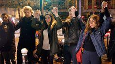 Eine Menschenkette nahe des Theaters Bataclan zum Gedenken an die Opfer der Anschläge in Paris (© Thierry Chestnot/Getty Images).