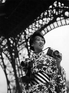 DOISNEAU Robert, Yoshi photographe de la Tour Eiffel, photographie, 1964, ©www.robert-doisneau.com
