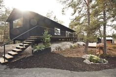 Perfil 2 de casa de madera Wooden Cottage, Barn Style House Plans, Chalet Chic, Black Exterior, Exterior Siding, Prefab Homes, House Architecture, Residential Architecture, Modern Cabins