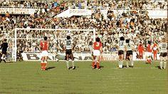Benfica - 5 / sporting - 0, 1978. Alves marca o quinto golo de grande penalidade.Reconhecem-se Nené e Humberto.