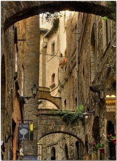 #volterra, Toscana, Italia Charming pequeño callejón cerca de la Piazza dei Priori .: