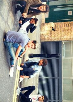 Liam completely seems to be in his own world while Louis tries to take a peek into that n zayn is like oh duck it I'm god.