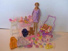 """Zum Verkauf steht hier ein großes Set rund um die schwangere Barbie Midge.Die Barbie stammt aus der Serie """"Happy Family"""".Die Barbie kann durch einen Magnetbauch schwanger gemacht werden und kann jedoch als normale Barbie bespielt werden.Inhalt:- Barbie Midge- Magnetbauch- ein Baby, welches in den Bauch passt- Wickeltisch- Hochstuhl- Zubehör zum Spielen für das Baby- Babysachen- Kinderwagen für Zwillinge (für beide Kinder ist auch die gleiche Kleidung vorhanden, so dass sie als Zwillinge…"""