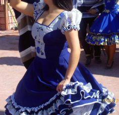 Vestido de China, huasa chilena! Clogs Outfit, Lolita Dress, Vintage Outfits, Ideias Fashion, Girls Dresses, Short Sleeve Dresses, Fashion Outfits, Latin America, How To Wear