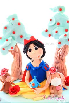 Snow White never looked so good! by Vanessa @ Bella Cupcakes
