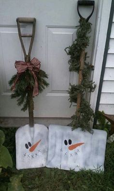 Snowmen Shovels – DIY Outdoor Christmas Decorations This is a clever idea! Who would have thought that those shovels have more use than usual.