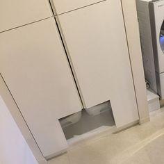 4LDKのねこのいる風景/ねこのいる日常/猫トイレ/シンプル/隠す収納/モノトーン…などについてのインテリア実例を紹介。「洗面所の収納を猫のトイレ空間とすべく、出入り口の確保のため、造り付けの扉を大胆にもカット。ホームセンターでジグソー(電ノコ)をレンタル。初めての経験でしたがなんとかなりました。」(この写真は 2017-03-25 18:07:51 に共有されました)