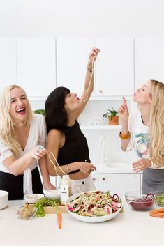 Sakara Life Eyeswoon Athena Calderone 25 Source by allimacke Cooking With Friends, Girl Cooking, Cooking For Two, Fun Cooking, Cooking Classes, Cooking Recipes, Cooking Tools, Cooking Ideas, Children Cooking