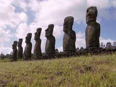 La isla de Pascua es un misterio. Las estatuas fueron puestos allí hace 700 años por una tribu llamada Rapanui. - Sadia A.