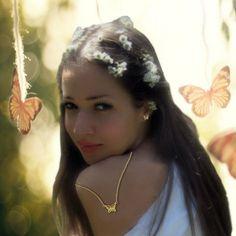Naturaleza, un soplo de ligereza, romanticismo y gracia. Formas depuradas para un baile mágico de feminidad. Oro amarillo 750 milesimas; peso 2,2 g; tamano 12 mm*40 mm  #pendientes #earrings #oroamarillo #yellowgold #arteconesmalte #artwithenamel #mariposas #butterflies #photographia #flowers #flor #maquillaje #makeup #chicasguapas #prettygirls #topmodels #verano #summer #moda #fashion #sexy #happy #felicidad #amor #love