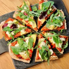 Vegansk pizza med grov bunn Vegetable Pizza, Vegetables, Food, Basil, Red Peppers, Veggies, Vegetable Recipes, Meals, Yemek