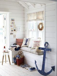 Γγρ│ coin lecture sympa décoré de style maritime avec une ancre bleue, coussins à motifs marins et couronne de bois flotté