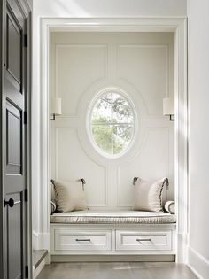 Interior Design Ideas: oval window, built-in bench Luxury Interior Design, Interior And Exterior, Classic Interior, Built In Bench, Bench Seat, Low Country, Traditional House, Luxury Homes, Small Spaces