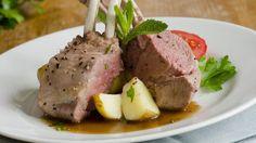 Carré d'agneau rôti, sauce à la menthe.