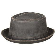 Stetson Odenton er en hat i modellen Pork Pie og det er lavet af bomuld og polyester, og er voksbehandlet. Dels for at få en dejlig vintage look, men som også har en funktionel betydning, da det giver hatten beskyttelse mod sol og regn.