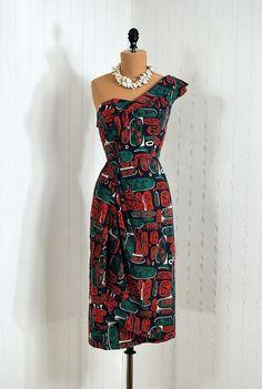 vintage one shoulder tiki print dress, not sure if it's an Alfred Shaheen but definitely looks like one. Hawaiian Wear, Vintage Hawaiian, Hawaiian Dresses, 1940s Fashion, Vintage Fashion, Vintage Style, Las Vegas, Tiki Dress, Sarong Dress