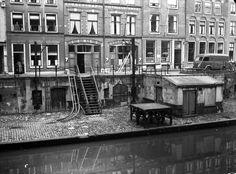 1950-1955. Gezicht op de werf en de werfkelders bij de panden Oudegracht 281 (rechts) -289 te Utrecht, vóór de restauratie.