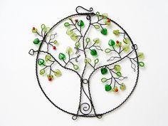 Letní jablůňka Ještě všude leží sníh, ale drátovaný obrázek jablůňky přinese kousek teplého léta do Vašeho domova. Je sice jen z černého žíhaného drátu, ale skleněné lístečky a korálky září na dálku. Průměr kruhu je 14 cm, celé dekorace 16 cm.