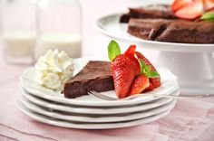 Čokoládový dort bez mouky, doplněný nadýchanou šlehačkou a čerstvými jahodami je dezertem snů! Navíc si ho můžete dopřát i při bezlepkové dietě. Chocolate Pies, Pancakes, Gluten Free, Beef, Breakfast, Recipes, Food, Diet, Glutenfree
