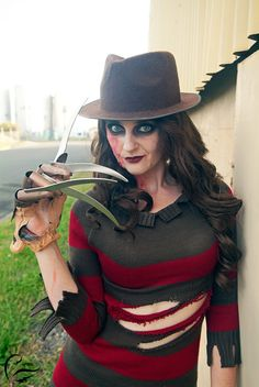 Mrs. Krueger Cosplay http://geekxgirls.com/article.php?ID=5792                                                                                                                                                                                 Más
