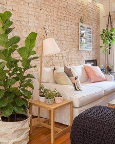 Bom dia para quem tem ou sonha em ter uma sala de estar toda good vibes! E uma decoração cheia de estilo não precisa de muito: espalhe almofadas pelos sofás cultive as suas plantinhas preferidas e capriche nos itens decorativos (uma luminária ou uns quadros). Fica um amor! <3  #decore #decoracao #arquiteturadeinteriores #designdeinteriores #moblybr #mobly #bomdia #coffe #bedroom #quarto #inspiração #inspiration #homesweethome #home #homedecor #homedesign #rose #flores #flowers #surpresa…