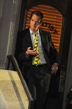 Ducky tie How I met your mother How I Met Your Mother, Himym Memes, Marshall Eriksen, Robin Scherbatsky, Ted Mosby, Comedy Tv Shows, Yellow Umbrella, Neil Patrick Harris, I Meet You