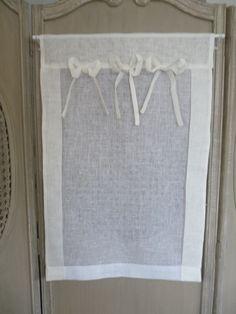 Brise-bise Eugénie en lin Brise-bise création et confection française. 100% lin naturel Ce charmant petit rideau et décliné en plusieurs dimensions, en plusieurs coloris et se commande également en sur-mesure avec vos dimensions.  Le pan est en blanc pur et le contour, la tête et les petits noeuds sont ivoire. Vous avez également la possibilité de choisir les contours, tête et 3 noeuds en lin beige, gris perle ou tout simplement blanc blanc.  sur www.lemondederose.com