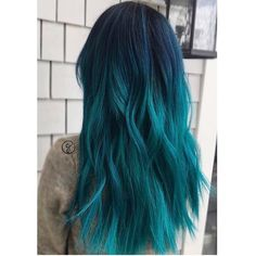 The ombre hair trend has been seducing for some seasons now. More discreet than tie and dye, less classic than sweeping, this new technique of hair. Aqua Hair Color, Turquoise Hair Ombre, Pretty Hair Color, Beautiful Hair Color, Hair Dye Colors, Blue Ombre Hair, Violet Hair, Dark Teal Hair, Funky Hair Colors