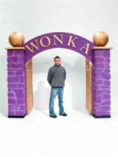 Willy Wonka Factory Gates- could change to Emerald City Gates and hang curtain with wizard behind it if we had a spot to put the curtain rod. Fashion Kids, Willy Wonka Factory, Wonka Chocolate Factory, Truck Or Treat, Party Props, Party Ideas, Movie Themes, Movie Props, Christmas Wonderland