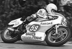 1976年 サロメ(SAROME)はロードレースライダー片山 敬済氏のメインスポンサーに。そして1977年、片山敬済氏は世界GPロードレース350ccで日本人初のチャンピオンに輝く。 ----------------------------------------wikiより 片山 敬済(かたやま たかずみ、1951年4月16日 - )は、兵庫県生まれのモーターサイクル・ロードレースライダー。1977年に日本出身者として初めてのロードレース世界選手権(WGP)チャンピオン獲得。WGP参戦当時の愛称は「プリンス」。または名前から「zooming cuts(ズーミングカッツ)」。