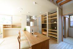 H-K house:造作食器棚/大工さんと建具屋さんの手づくりコラボです。大工さんが板材をオープン本棚のように加工し組み立て、建具屋さんが扉を取り付けます。「ウォール・トゥ・ウォール」ですっきりと収まった空間は見た目にとてもスマートです。