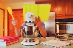 Gotowanie potrafi być bardzo trudną sztuką, nawet gdy śledzisz przepis krok po kroku. Często wymaga od Ciebie nie tylko rozwiniętych umiejętności kulinarnych, ale także sprytu i pewnego rodzaju cwaniactwa w kuchni. Mamy dla Was kolejne porady, które przybliżą Wam techniki wykorzystywane przez kulinarnych profesjonalistów. Czy wiesz, że aby uzyskać idealnie ugotowane jajko na twardo, powinnaś …