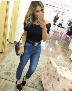 ciganinha preta, calça jeans, cinto.
