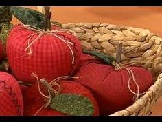 Maçã em Tecido por Jackie Lobato | Sabor de Vida Artesanatos - 07 de Agosto de 2012 - YouTube Red Gingham, Craft Videos, Pin Cushions, Decoupage, Diy And Crafts, Handmade Gifts, Projects To Try, Patches, Pumpkin
