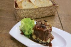 Solomillo con rulo de cabra y cebollas caramelizadas con salsa de pedro jiménez | Recetas de Navidad