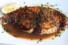 Il pesce spada alla catanese fa ampio ricorso alle erbe aromatiche che vengono completate dal basilico sminuzzato che viene cosparso sul piatto prima che v